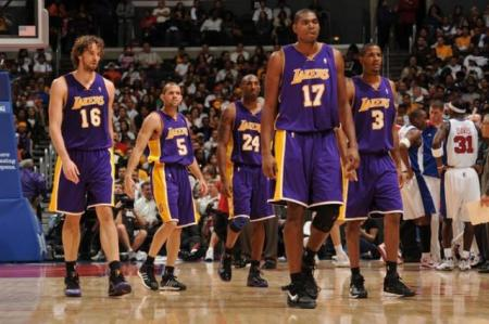 Laker_team_heads_onto_the_floor